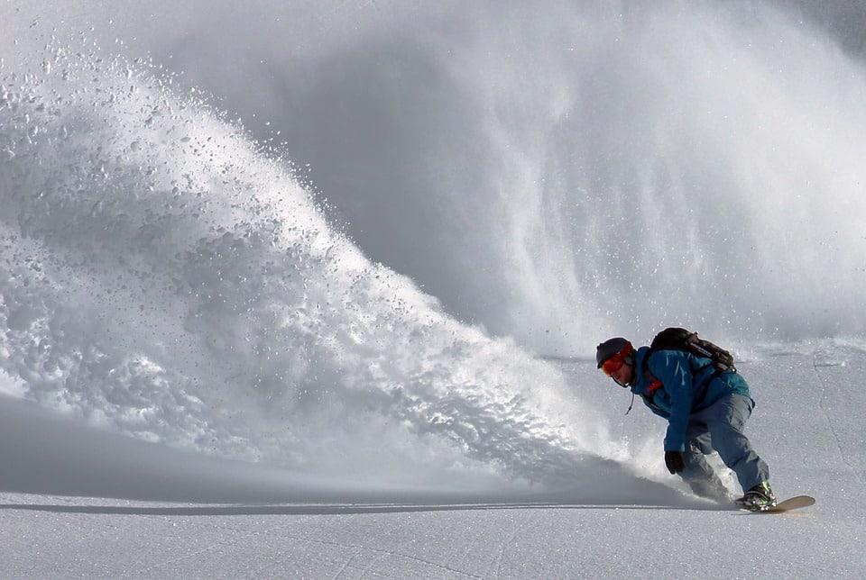 Aegon -deporte - hombre-practicando-snowboard