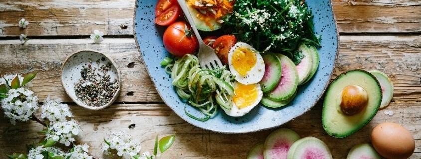el aguacate y los huevos son ejemplos de buenos alimentos para el cerebro