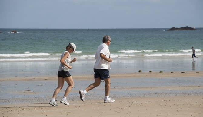 ¿Es bueno correr descalzo/a por la playa?