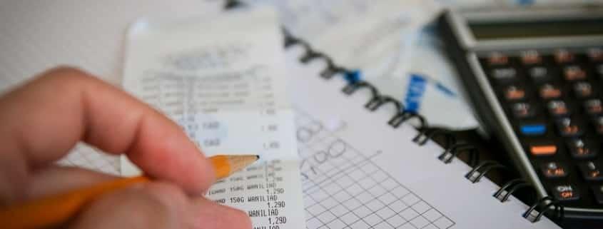 persona haciendo cálculos financieros basados en la frugilidad y el minimalismo