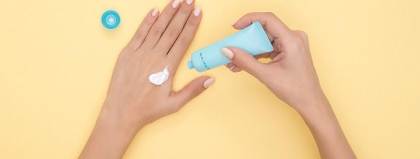 manos esparciendo protector solar