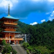 Templo japonés entre montañas