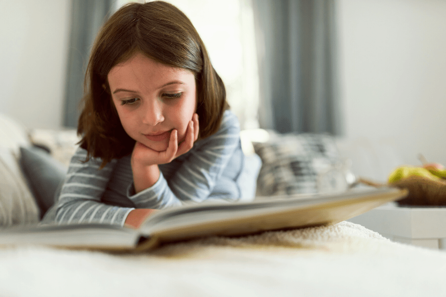 niña leyendo libro de educacion financiera