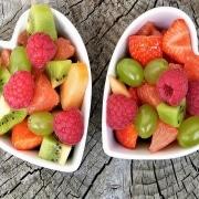 Frutas variadas en dos cuencos con forma de corazón