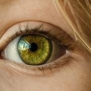 Ojo verde de una mujer rubia