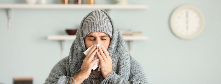 hombre que padece sintomas de gripe