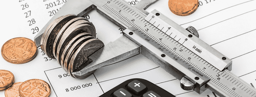 Calibre de metal midiendo un conjunto de monedas