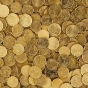 dinero: muchos céntimos esparcidos unos sobre otros