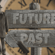 hombre junto a dos carteles con flechas en los que pone futuro para la derecha y pasado para la izquierda