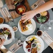 mesa vista desde arriba con platos deliciosos como gofres, mariscos o verduras