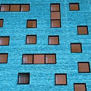 Edificio de apartamentos de color azul turquesa