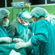 cirujanos operando en la sanidad publica