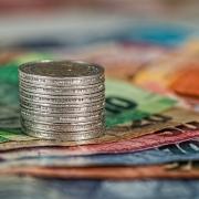 torre de monedas sobre billetes de diferente valor