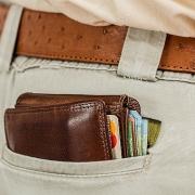 Bolsillo de pantalón por el que asoma una billetera