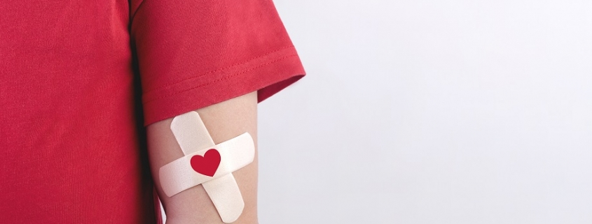 brazo con tirita que simula una reciente donación de sangre