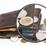 Vista de una billetera observada a través de una lupa