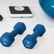 Dos pesas azules junto a material deportivo