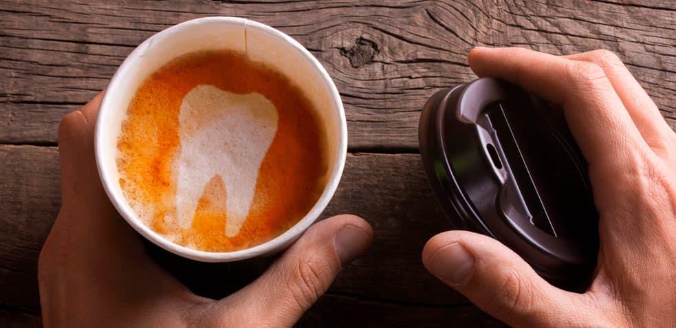 Dientes amarillos por malos hábitos de salud bucodental. Taza de café.