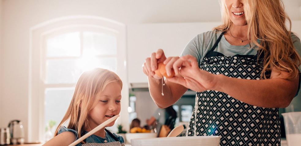 Madre e hija cocinando recetas con huevo saludables
