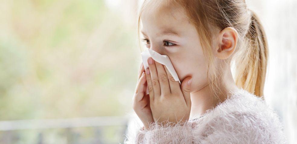 Niña con resfriado, enfermedades más comunes en niños pequeños