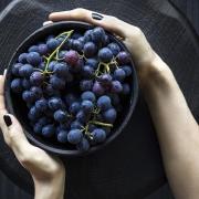 uvas negras en un cuenco, contienen resveratrol