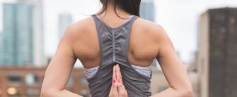 mujer haciendo deporte representa la importancia de una vida sana y saludable