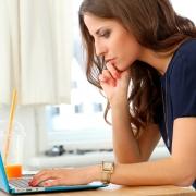 mujer en ordenador viendo tipos de seguro de vida