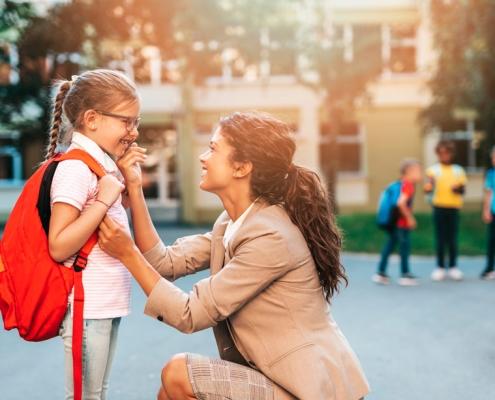 nina y docente en el colegio tras la vuelta de vacaciones de navidad