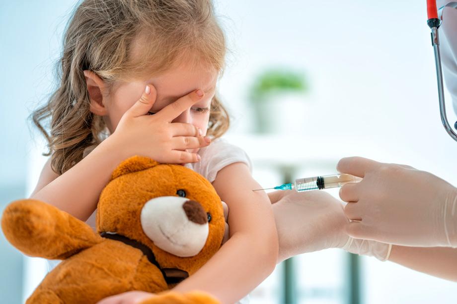 nina siendo vacunada
