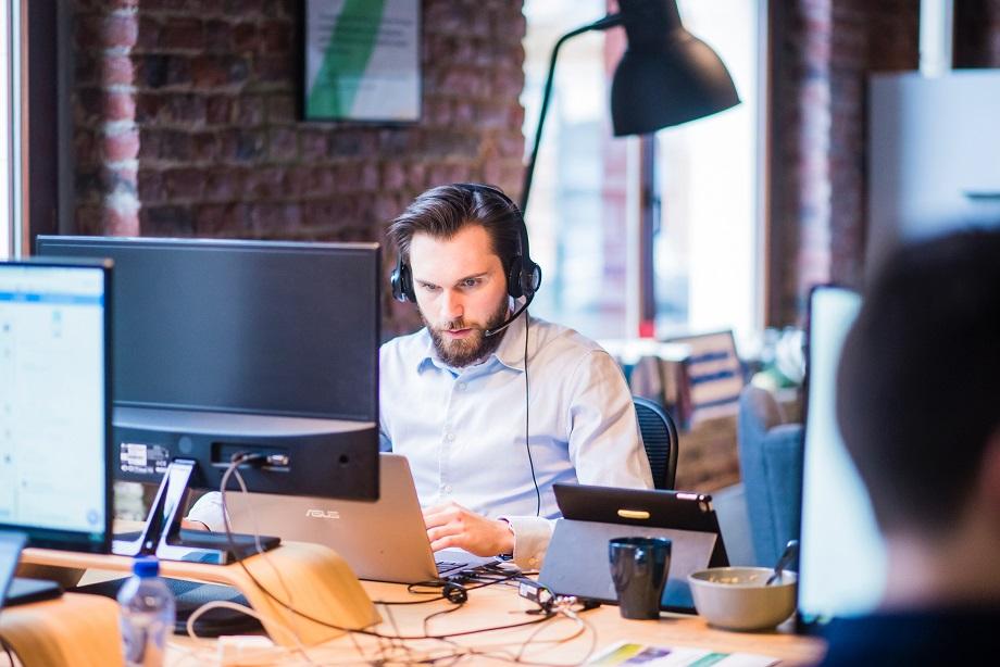 hombre trabajando en una oficina