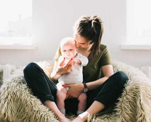 madre primeriza con un bebe