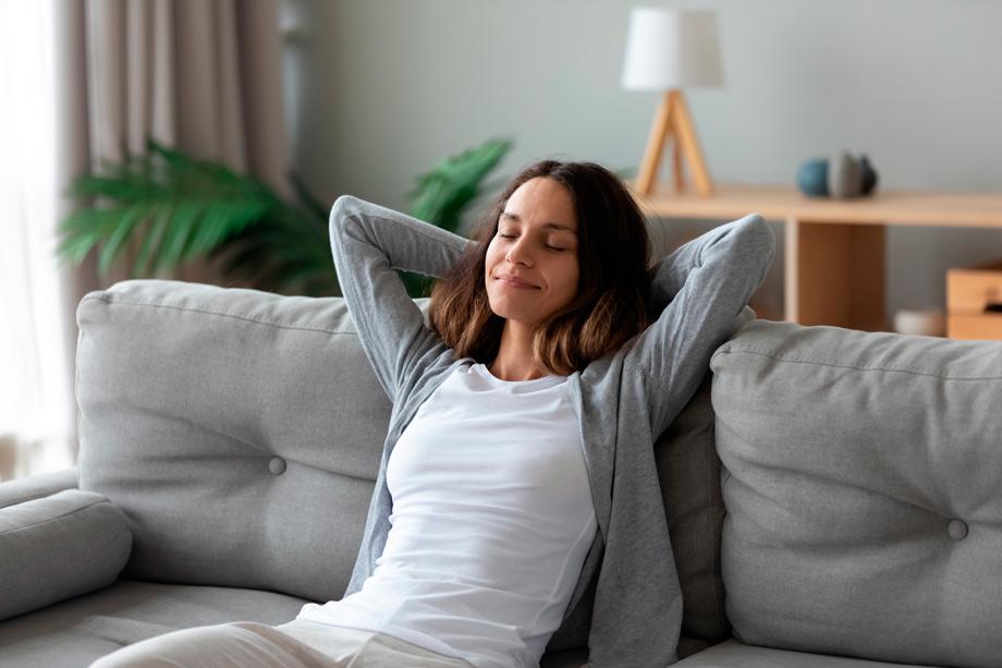 mujer sentada con postura relajada y expresión de no tener problemas