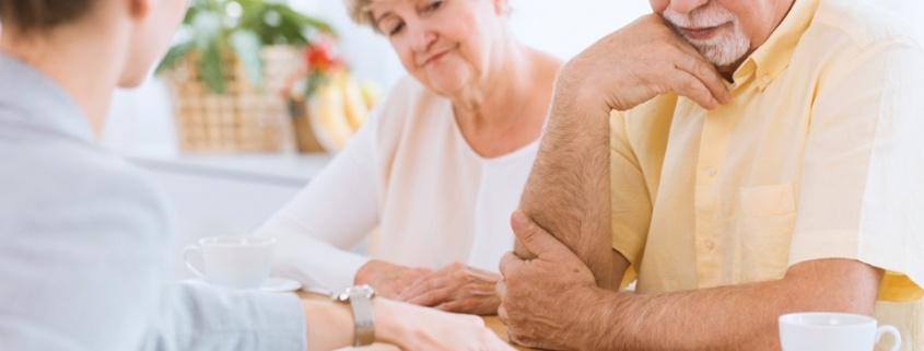 Dos personas mayores contratando un servicio o producto