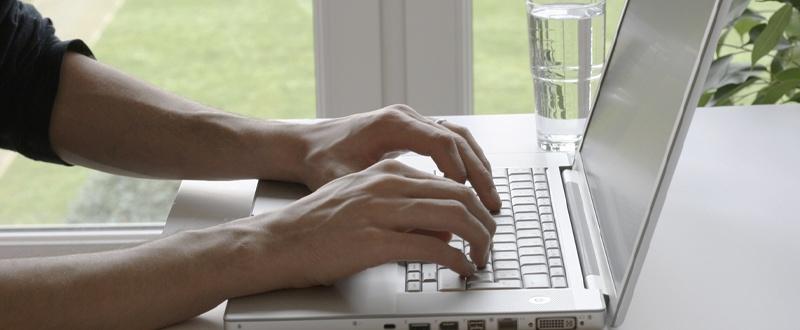 Teletrabajo mesa y ordenador