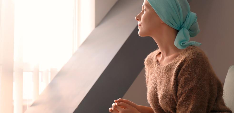 paciente oncológica sentada mirando por la ventana