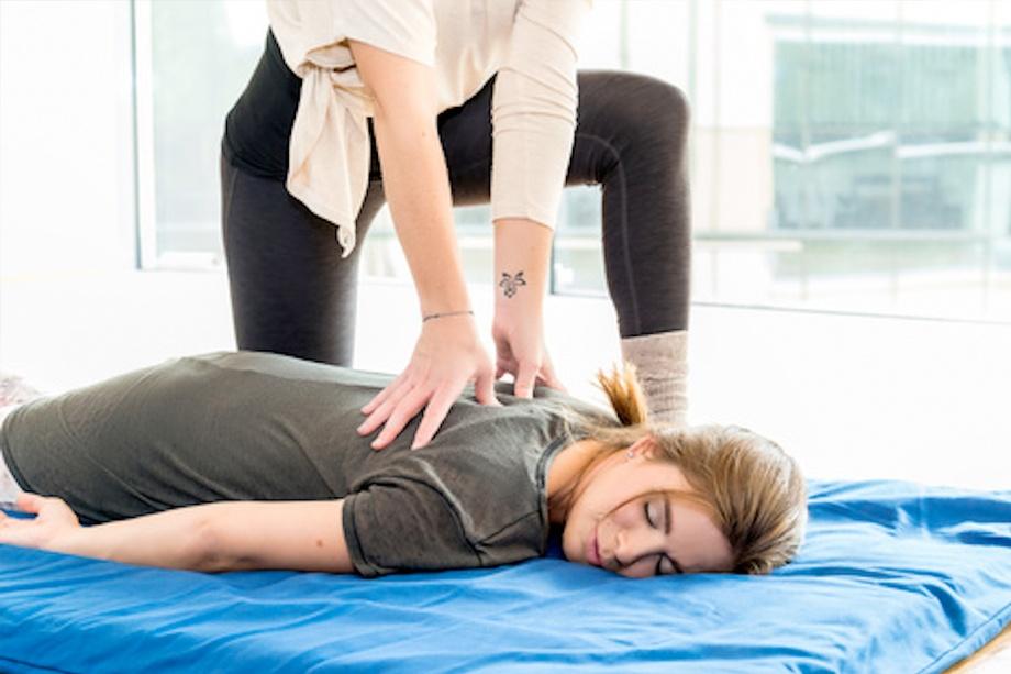 mujer tumbada recibiendo un masaje de shiatsu