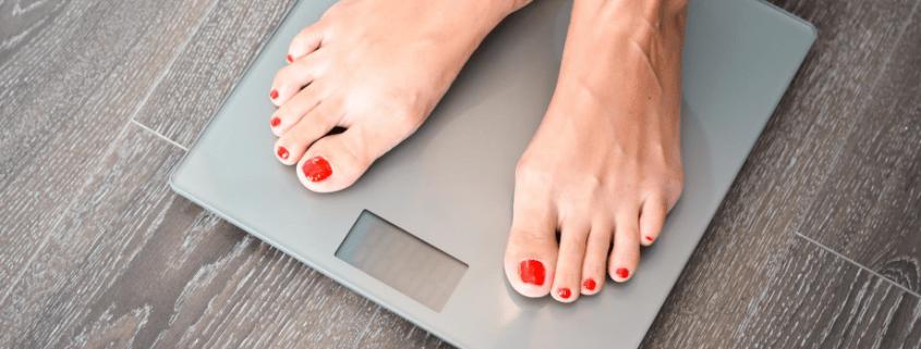 comprobando el peso de la grasa visceral
