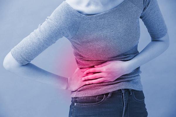 El remdesivir puede tener efectos secundarios como toxicidad hepática, renal, temblores, vómitos o hipotensión