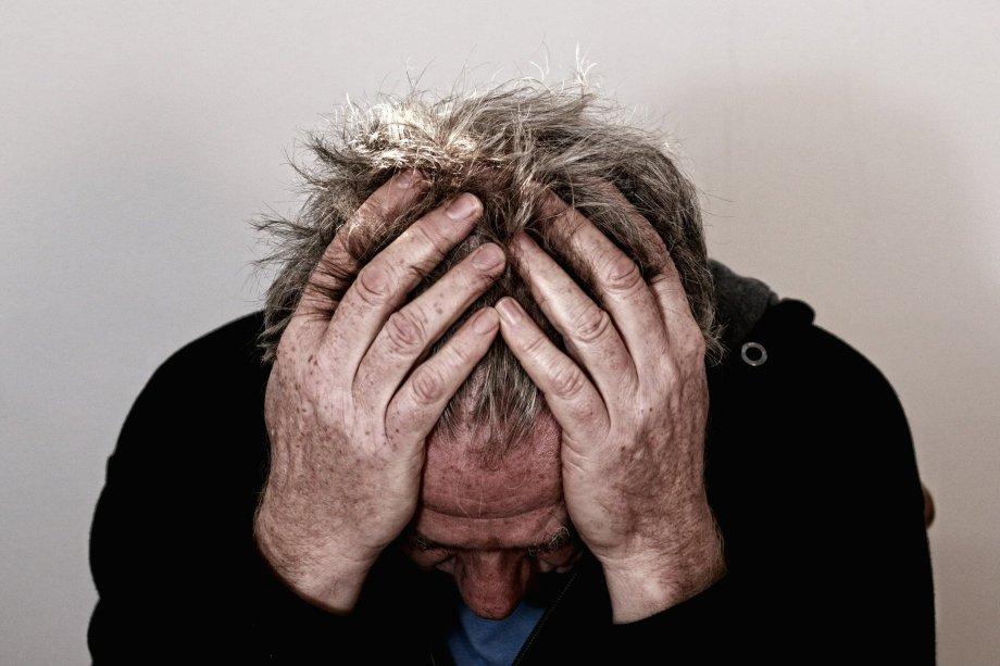 Hombre con las manos en la cabeza posible víctima de un trastorno