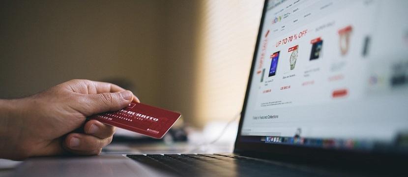 Comprador se dispone a realizar una compra online con su tarjeta de crédito