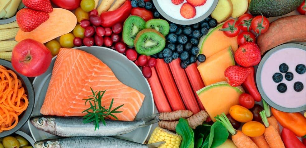 Conjunto de frutas verduras pescado y demás comida saludable