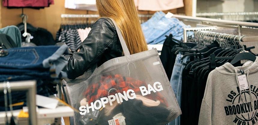 mujer con bolsa de ropa que va a comprar en rebajas para ahorrar