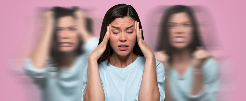 Mujer con fondo rosa se comporta de manera distinta símbolo de bipolaridad