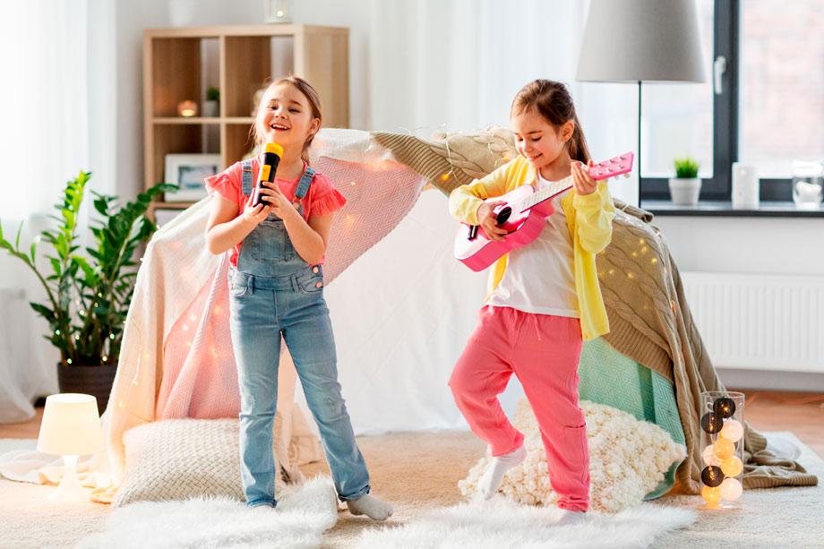 canciones infantiles niñas cantando y tocando instrumentos en casa