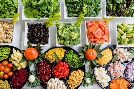 Variedad de ingredientes con los cuales hacer una ensalada