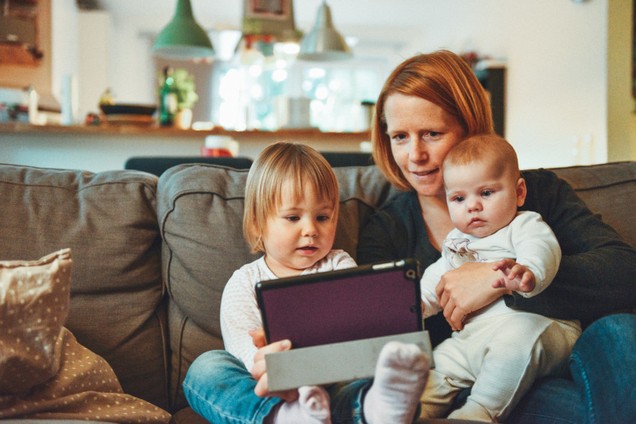 familia viendo juntos una película infantil