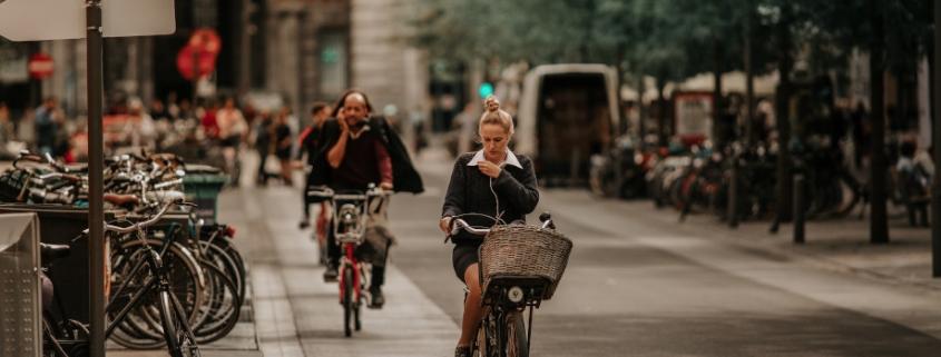 mujer en bicicleta movilidad sostenible