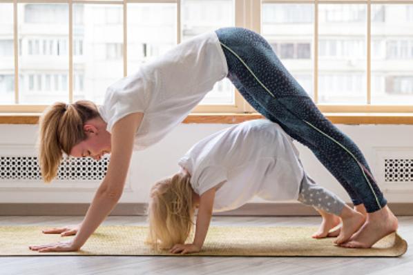 Una postura del yoga infantil muy común es esta, la del perro