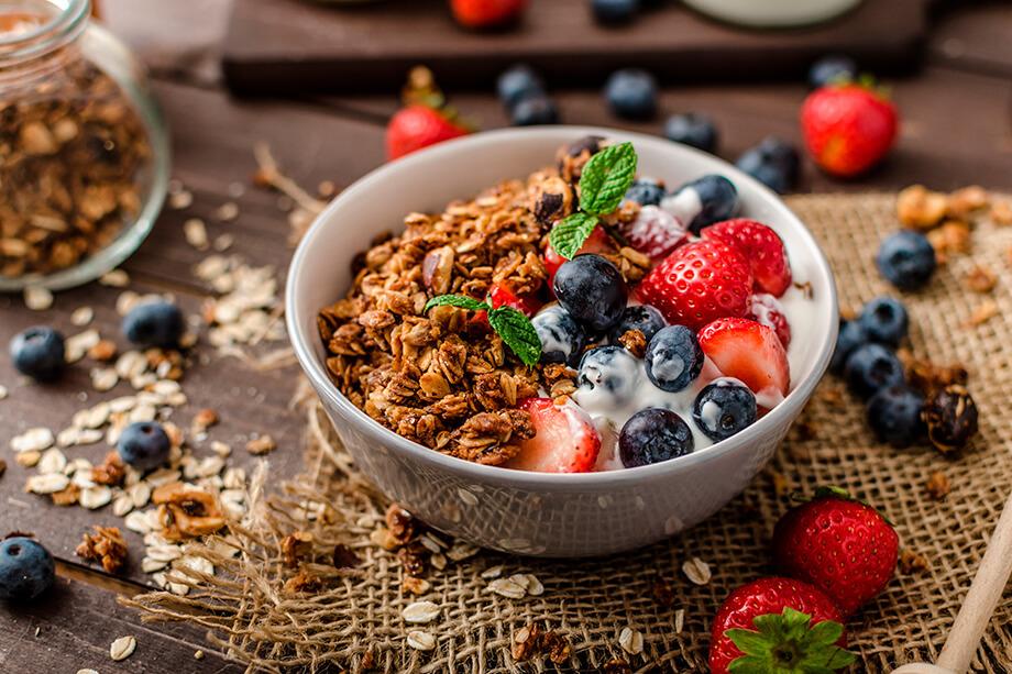 desayuno de yogur con frutas y frutos secos